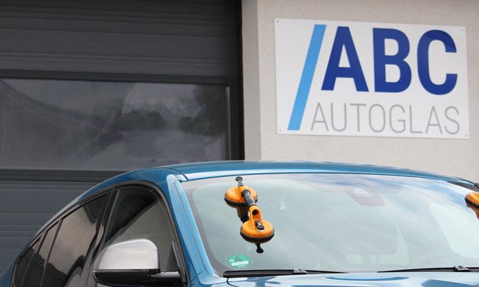 ABC Autoglas repariert oder ersetzt kaputte Windschutzscheiben
